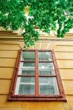 Παλαιό ζωηρόχρωμο παράθυρο σπιτιών Στοκ εικόνες με δικαίωμα ελεύθερης χρήσης
