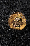 Παλαιό ηλιακό ρολόι με την πυξίδα στο μαύρο υπόβαθρο στοκ εικόνες με δικαίωμα ελεύθερης χρήσης