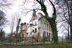 Παλαιό ηλικίας τεμάχιο οικοδόμησης, σπίτι Παλαιό κλειστό εργοστάσιο τεμαχίων Παλαιές εγκαταλειμμένες πόρτες με την εκλεκτική εστί Στοκ Φωτογραφία