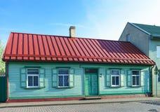 Παλαιό θερμοκήπιο που χρωματίζεται με την κόκκινη στέγη σε Ventspils Στοκ Εικόνες