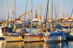 Παλαιό λιμάνι Ηρακλείου με τα αλιευτικά σκάφη και της μαρίνας κατά τη διάρκεια του λυκόφατος, Κρήτη, Ελλάδα Στοκ Φωτογραφία