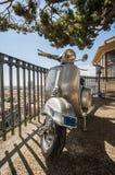 Παλαιό ιταλικό μηχανικό δίκυκλο σε μια άποψη της πόλης της Γένοβας, Ιταλία Στοκ Φωτογραφία