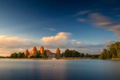 Παλαιό κάστρο στο χρόνο ηλιοβασιλέματος Trakai, Λιθουανία Στοκ Εικόνα