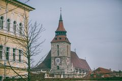 Παλαιό κέντρο πόλεων Brasov, Ρουμανία †«η μαύρη εκκλησία που βλέπει από την πύλη της Catherine Στοκ Εικόνες