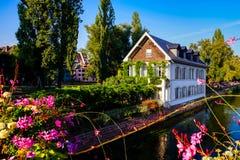 Παλαιό κέντρο του Στρασβούργου Χαρακτηριστικός τα σπίτια στον ποταμό Στοκ εικόνες με δικαίωμα ελεύθερης χρήσης