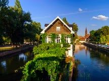 Παλαιό κέντρο του Στρασβούργου Χαρακτηριστικός τα σπίτια στον ποταμό Στοκ φωτογραφίες με δικαίωμα ελεύθερης χρήσης