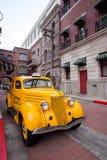 Παλαιό κίτρινο ταξί κατά την άποψη οδών Στοκ Φωτογραφία