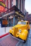 Παλαιό κίτρινο ταξί κατά την άποψη οδών Στοκ φωτογραφία με δικαίωμα ελεύθερης χρήσης