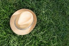 Παλαιό καπέλο αχύρου ενάντια συνημμένος σε εγκαταστάσεις μέσα Στοκ φωτογραφία με δικαίωμα ελεύθερης χρήσης