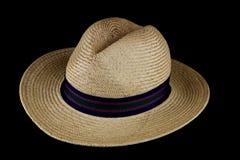 Παλαιό καπέλο αχύρου στο μαύρο υπόβαθρο Στοκ εικόνα με δικαίωμα ελεύθερης χρήσης