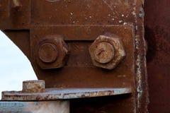 Παλαιό καρύδι χάλυβα και σκουριασμένος σταθερός πόλος χάλυβα στοκ φωτογραφία με δικαίωμα ελεύθερης χρήσης