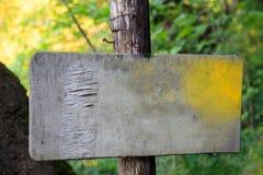 Παλαιό κενό σημάδι στο δάσος Στοκ εικόνα με δικαίωμα ελεύθερης χρήσης
