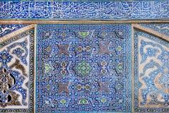 Παλαιό κεραμωμένο σχέδιο με τα παραδοσιακά περσικά σχέδια στον τοίχο Στοκ εικόνα με δικαίωμα ελεύθερης χρήσης