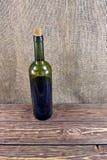 παλαιό κρασί ραφιών μπουκαλιών Στοκ εικόνα με δικαίωμα ελεύθερης χρήσης