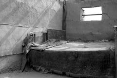 Παλαιό κρεβάτι στην παλαιά πόλη στη στέγη Στοκ Φωτογραφία