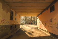 Παλαιό κρυμμένο πόλη πέρασμα μέσω του κτηρίου Στοκ Εικόνες