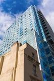 Παλαιό κτήριο και νέο πολυόροφο κτίριο στο Λονδίνο Στοκ φωτογραφίες με δικαίωμα ελεύθερης χρήσης