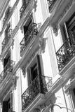 Παλαιό κτήριο με τα μικρά μπαλκόνια Στοκ εικόνα με δικαίωμα ελεύθερης χρήσης