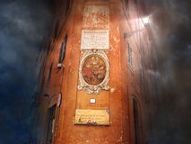 Παλαιό κτήριο με το εικονίδιο σε έναν πορτοκαλή τοίχο στη σκοτεινή μυστική νύχτα Ιταλία Ρώμη Στοκ εικόνες με δικαίωμα ελεύθερης χρήσης