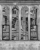 Παλαιό κτήριο που απεικονίζεται στο γυαλί παραθύρων ενός ιστορικού κτηρίου Στοκ εικόνα με δικαίωμα ελεύθερης χρήσης