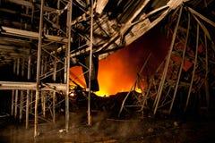 Παλαιό κτήριο στην πλήρη φλεμένος κόλαση στοκ φωτογραφία με δικαίωμα ελεύθερης χρήσης
