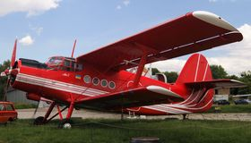 Παλαιό κόκκινο ουκρανικό μηχανοκίνητο biplane εμβόλων Antonov Στοκ εικόνες με δικαίωμα ελεύθερης χρήσης