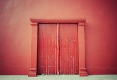 παλαιό κόκκινο πορτών Στοκ Φωτογραφίες