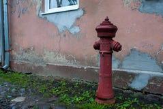 Παλαιό κόκκινο στόμιο υδροληψίας Εκλεκτής ποιότητας στόμιο υδροληψίας πυρκαγιάς Στοκ εικόνα με δικαίωμα ελεύθερης χρήσης