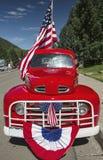 Παλαιό κόκκινο φορτηγό και αμερικανική σημαία, στις 4 Ιουλίου, παρέλαση ημέρας της ανεξαρτησίας, Telluride, Κολοράντο, ΗΠΑ Στοκ Φωτογραφίες