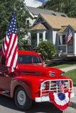Παλαιό κόκκινο φορτηγό και αμερικανική σημαία, στις 4 Ιουλίου, παρέλαση ημέρας της ανεξαρτησίας, Telluride, Κολοράντο, ΗΠΑ Στοκ εικόνες με δικαίωμα ελεύθερης χρήσης