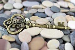 Παλαιό κλειδί ορείχαλκου σε μια παραλία χαλικιών Στοκ εικόνα με δικαίωμα ελεύθερης χρήσης