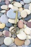 Παλαιό κλειδί ορείχαλκου σε μια παραλία χαλικιών Στοκ φωτογραφία με δικαίωμα ελεύθερης χρήσης