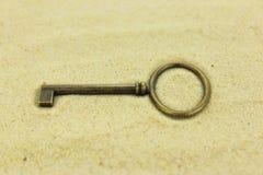 Παλαιό κλειδί ορείχαλκου στην άμμο Στοκ Φωτογραφία