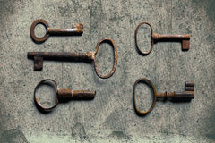 Παλαιό κλειδί σε παλαιό κατασκευασμένο χαρτί με τα φυσικά σχέδια Στοκ φωτογραφίες με δικαίωμα ελεύθερης χρήσης