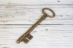 Παλαιό κλειδί στο ξύλινο υπόβαθρο Στοκ Φωτογραφία