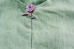 Παλαιό κλωστοϋφαντουργικό προϊόν βαμβακερού υφάσματος με το ξύλινο κουμπί Στοκ φωτογραφίες με δικαίωμα ελεύθερης χρήσης