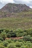 Παλαιό μέγαρο στο πόδι ενός βουνού στοκ φωτογραφία