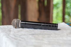 Παλαιό μαύρο μικρόφωνο στον πίνακα Στοκ Φωτογραφίες