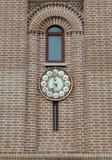 Παλαιό μεγάλο ρολόι σε έναν τουβλότοιχο Στοκ Εικόνες