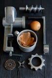 Παλαιό μηχανή κοπής κιμά με τα κρεμμύδια Στοκ Φωτογραφία