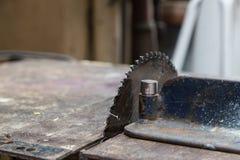 Παλαιό μηχανών ηλεκτρονικό ασήμι χάλυβα μετάλλων περικοπών επιτραπέζιων πριονιών αιχμηρό μέσα Στοκ Εικόνες