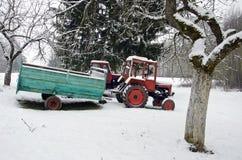 Παλαιό μικρό τρακτέρ γεωργίας στον κήπο χειμερινών αγροκτημάτων στοκ εικόνες