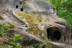Παλαιό μοναστήρι σπηλιών στο δάσος Στοκ εικόνες με δικαίωμα ελεύθερης χρήσης