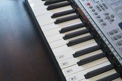 Παλαιό μουσικό ηλεκτρονικό κλασικό πιάνο Στοκ εικόνα με δικαίωμα ελεύθερης χρήσης