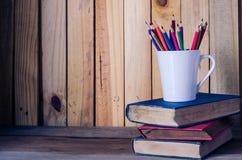 Παλαιό μολύβι βιβλίων και χρώματος σε ένα ξύλινο πάτωμα - τρύγος τόνου Στοκ Φωτογραφία