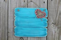 Παλαιό μπλε σημάδι με το καρό και την ξύλινη καρδιά Στοκ Εικόνες