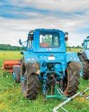 Παλαιό μπλε τρακτέρ στο αγρόκτημα Στοκ Εικόνες