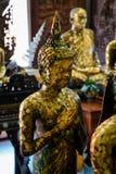 Παλαιό μόνιμο άγαλμα εικόνας του Βούδα με τη στάση Παρασκευής που καλύπτεται από το χρυσό φύλλο, ναός Asokaram, Samutprakarn Στοκ εικόνες με δικαίωμα ελεύθερης χρήσης