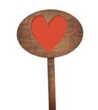 Παλαιό ξεπερασμένο καφετί ωοειδές ξύλινο σημάδι με το κόκκινο σύμβολο καρδιών Στοκ Εικόνες