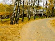 παλαιό ξεχαρβαλωμένο χωριό σπιτιών φθινοπώρου Στοκ εικόνες με δικαίωμα ελεύθερης χρήσης